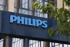 Le groupe néerlandais Philips, désormais spécialisé dans les équipements médicaux et les produits de soins, a publié lundi un bénéfice brut ajusté pour le premier trimestre meilleur que prévu, de 442 millions d'euros, en hausse de 18% malgré une  faible croissance des ventes. /Photo d'archives/REUTERS/Francois Lenoir