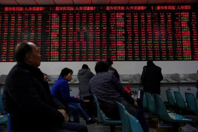 4月20日、中国の投資家がこれまで人気だった小型株に背を向け、優良な大型株で構成される中国版「ニフティ・フィフティ」指数に注目するようになった。写真は1月、上海で撮影 (2017年 ロイター/Aly Song)