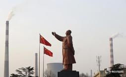 Статуя Мао Цзэдуна на фоне труб завода в Ухане 6 марта 2013 года. Китайские власти выразили оптимизм относительно состояния второй по величине экономики мира на фоне хороших показателей первого квартала и восстановления юаня после распродажи в прошлом году, спровоцировавшей страхи о нестабильности. REUTERS/Stringer