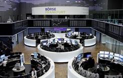 Трейдеры на торгах фондовой биржи во Франкфурте-на-Майне 21 апреля 2017 года. Европейские акции подскочили в понедельник благодаря ралли более рисковых активов после победы центриста Эммануэля Макрона в первом туре президентских выборов во Франции, уменьшив таким образом риск политического стресса для еврозоны. REUTERS/Staff/Remote