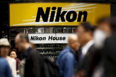 Nikon a porté plainte contre ASML et Carl Zeiss pour infraction présumée au droit de la propriété intellectuelle. Le huitième équipementier des semiconducteurs mondial a précisé qu'il avait porté contre les deux sociétés aux Pays-Bas, en Allemagne et au Japon. /Photo d'archives/REUTERS/Thomas Peter