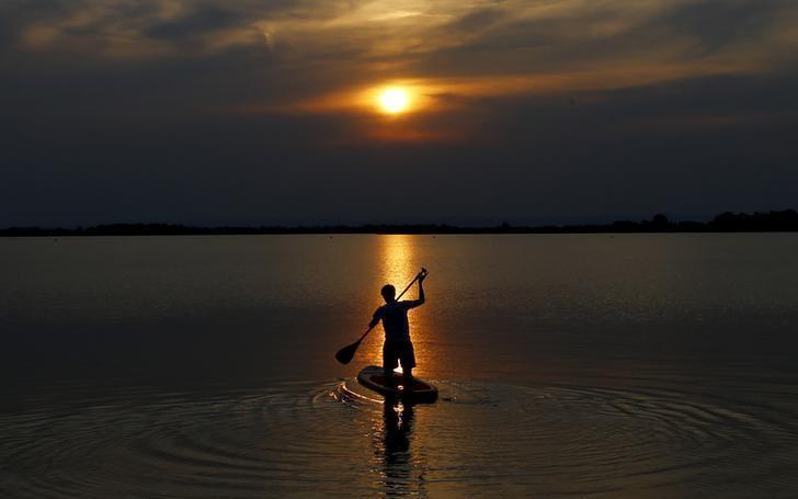 资料图片:奥地利St. Andrae,独自泛舟Zicksee湖上的少年。REUTERS/Leonhard Foeger