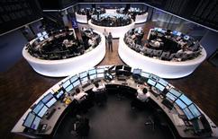 Les Bourses européennes ont terminé en forte hausse lundi, portées par un regain d'appétit pour le risque au lendemain du premier tour de l'élection présidentielle française. Le CAC 40 a gagné 4,14%, le Footsie a pris 2,11% et le Dax allemand 3,76%. /Photo d'archives/REUTERS/Ralph Orlowski