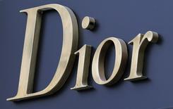 LVMH a annoncé mardi un projet de rachat de la marque Christian Dior Couture pour une valeur d'entreprise de 6,5 milliards d'euros et une offre du groupe familial Arnault sur les minoritaires de la holding Christian Dior, qui détient la marque de haute couture, pour simplifier leurs structures. /Photo d'archives/REUTERS/Régis Duvignau
