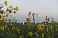 Станок-качалка Devon Energy Production Company под Гатри, Оклахома 15 сентября 2015 года. Цены на нефть немного выросли утром во вторник после снижения по итогам шести сессий подряд, вызванного сомнениями в эффективности глобального пакта ОПЕК+.  REUTERS/Nick Oxford