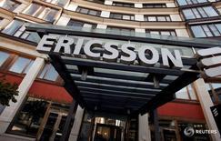 Ericsson a publié mardi des résultats trimestriels inférieurs aux prévisions, marqués par une perte plus lourde qu'attendu, la baisse de ses marchés et le coût de sa restructuration continuant de peser sur sa rentabilité. /Photo d'archives/REUTERS/Bob Strong