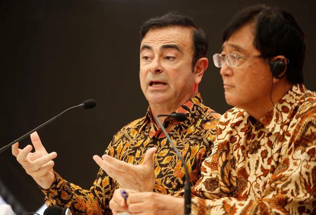 4月25日、三菱自動車および日産自動車の会長職を兼任するカルロス・ゴーン氏(左)は、両社の完全合併は検討していないと述べた。写真は記者会見を行うゴーン会長と三菱自の益子社長。ブカシで撮影(2017年 ロイター/Beawiharta)