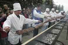 Повара демонстрируют шиш-кебаб длиной 120 метров в Черкесске 25 апреля 2009 года. Россия и Катар согласовали сертификаты на поставки из России мяса, а также пищевого яйца и продуктов его переработки, говорится в сообщении Россельхознадзора.  REUTERS/Eduard Korniyenko