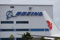 Boeing se rapproche d'une décision sur le lancement éventuel d'une version allongée de son modèle 737 face à l'A321neo d'Airbus après avoir franchi une étape importante dans la conception du nouvel appareil. Le 737-10 réduirait l'écart entre le 737-9, un modèle de 178 à 220 places qui a effectué son premier vol ce mois-ci. /Photo d'archives/REUTERS/Randall Hill
