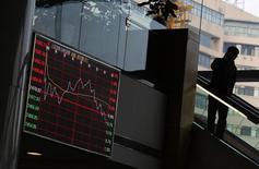 Здание Шанхайской фондовой биржи. Китайский фондовый рынок стабилизировался во вторник после резкой распродажи в ходе предыдущей сессии.  REUTERS/Carlos Barria