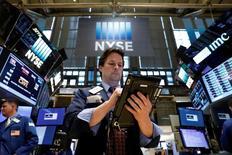 Трейдеры на фондовой бирже США. Американский фондовый индекс Nasdaq во вторник впервые в истории поднялся выше отметки в 6.000 пунктов благодаря хорошим финансовым отчетам компаний, а также обещанию президента США Дональда Трампа объявить о большой налоговой реформе. REUTERS/Brendan McDermid
