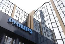 Le néerlandais Philips, désormais spécialisé dans les équipements médicaux et les produits de santé, a annoncé mardi la vente de près d'un quart de sa participation dans Philips Lighting, qui regroupe ses anciennes activités d'éclairage. /Photo d'archives/REUTERS/François Lenoir