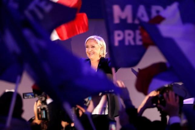 4月24日、フランス大統領選の決選投票に向け、極右政党・国民戦線のルペン党首(写真)はグローバリゼーションやテロリズムの危険性を争点として訴える一方、ライバルのマクロン氏をエスタブリッシュメント候補と位置づけて批判する戦略を取りそうだ。エナンボーモンで23日撮影(2017年 ロイター/Charles Platiau)