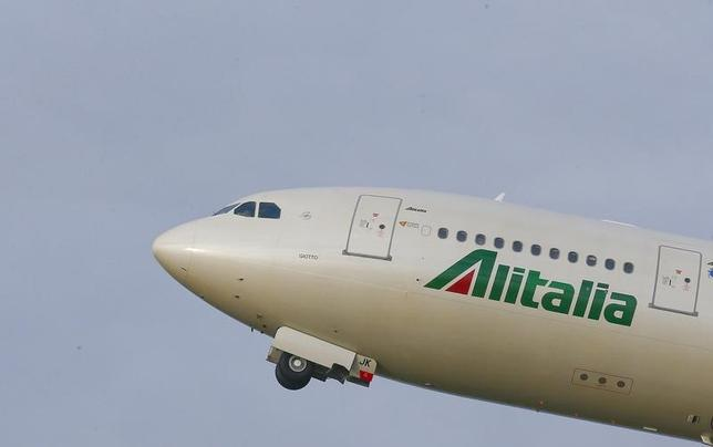 4月25日、経営危機に陥っているイタリアのアリタリア航空は、従業員が会社側が提示した再建策を否決したことを受けて、政府が選任する特別管財人が事業再建か清算かを判断する手続きの準備を開始することを明らかにした。写真はアリタリアの飛行機。ローマで昨年2月撮影(2017年 ロイター/Tony Gentile)