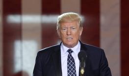 Donald Trump entend fortement réduire le taux d'imposition des entreprises et proposer un important rabais fiscal aux multinationales qui rapatrient aux Etats-Unis des bénéfices réalisés à l'étranger. /Photo prise le 25 avril 2017/REUTERS/Yuri Gripas