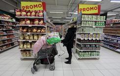 La confiance des ménages a stagné en France en avril, se maintenant au niveau de sa moyenne de longue période à laquelle il est ancré depuis le début de l'année. /Photo prise le 16 janvier 2017/REUTERS/Eric Gaillard