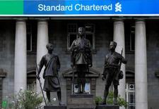Standard Chartered grimpe mercredi en Bourse de Londres après avoir annoncé que son bénéfice avait presque doublé au premier trimestre. /Photo d'archives/REUTERS/Noor Khamis