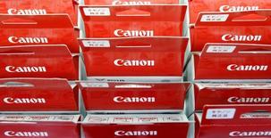 Продукция компании Canon в магазине в Токио 24 июля 2014 года. Японская компания Canon Inc повысила годовой прогноз операционной прибыли, опубликовав хорошие квартальные результаты после покупки медицинского подразделения у Toshiba Corp в прошлом году. REUTERS/Yuya Shino/File Photo