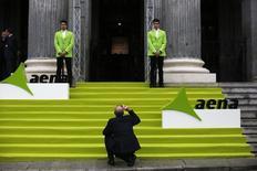 El Ibex-35 caía en la media sesión del miércoles, en una jornada con los resultados empresariales como protagonistas, por los que brilló Aena, y pendiente de los posibles planes de rebaja fiscal del presidente de EEUU al otro lado del Atlántico. Imagen de la bolsa de Madrid el día del debut en el parqué de Aena el 11 de febrero de 2015. REUTERS/Susana Vera