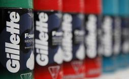 Procter & Gamble a publié mercredi un bénéfice en baisse de 8,3% au troisième trimestre en raison d'un ralentissement de la croissance du marché, des incertitudes géopolitiques et du renchérissement du dollar. /Photo d'archives/REUTERS/John Gress