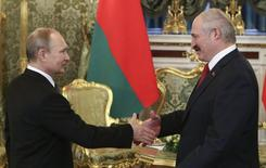 Russia's President Vladimir Putin (L) shakes hands with his Belarussian counterpart Alexander Lukashenko during a meeting, part of a session of the Supreme State Council of the Union State, at the Kremlin in Moscow, March 3, 2015. REUTERS/Sergei Karpukhin (RUSSIA - Tags: POLITICS)