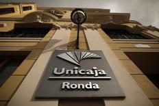 La entidad bancaria andaluza Unicaja aprobó el miércoles en junta de accionistas iniciar los trámites para colocar entre inversores institucionales acciones nuevas equivalentes a un máximo del 43 por ciento de su capital. En la imagen de archivo, el logo de la entidad en la fachada de una sucursal en la ciudad malagueña de Ronda el 29 de ebero de 2014. REUTERS/Jon Nazca