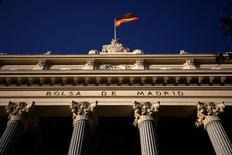 El Ibex-35 cerró el miércoles en negativo, después de dos días de máximos, con los pesos pesados del selectivo en la parte baja de la tabla, en plena temporada de resultados y con los inversores pendientes de los posibles planes de rebaja fiscal del presidente de EEUU al otro lado del Atlántico. En la imagen, la bandera española ondea sobre la Bolsa de Madrid, España, el 1 de junio de 2016.  REUTERS/Juan Medina/File Photo