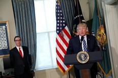 Presidente dos EUA, Donald Trump, discursa em cerimônia ao lado do secretário do Tesouro dos EUA, Steve Mnuchin. 21/04/2017 EUTERS/Aaron P. Bernstein