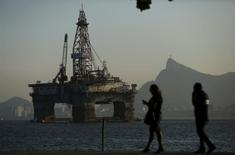Plataforma de petróleo na Baía de Guanabara em Niterói, no Estado do Rio de Janeiro 20/04/2015 REUTERS/Pilar Olivares