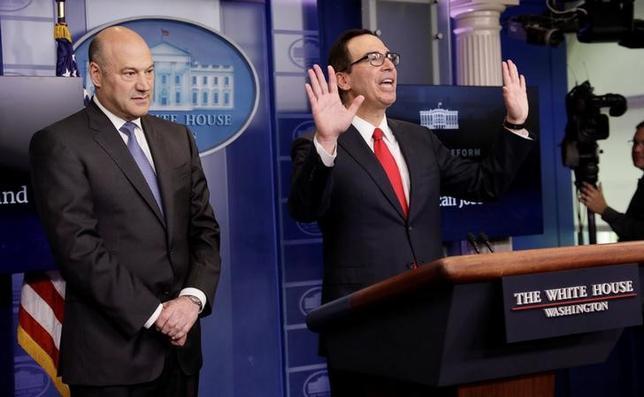 4月26日、トランプ米政権は、法人税減税や海外利益に対する税率引き下げなどを柱とする税制改革案の概要を発表した。写真は概要を発表するムニューシン財務長官(右)とコーン国家経済会議(NEC)委員長、ワシントンで撮影(2017年 ロイター/Kevin Lamarque)