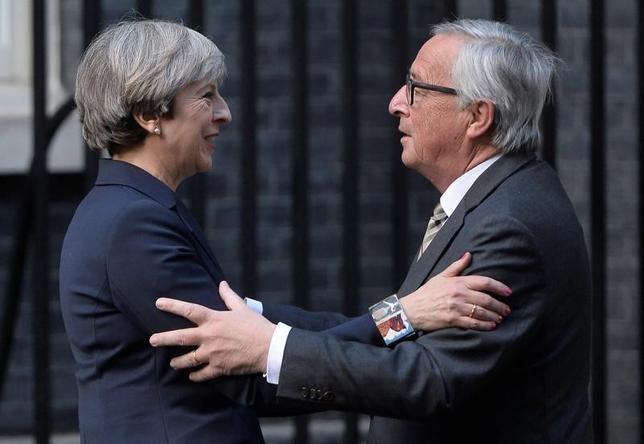 4月26日、メイ英首相(写真左)は、欧州委員会のユンケル委員長(右)と会談し、欧州連合(EU)との「深く、特別な関係」を望むとの考えを伝えた。ロンドンで撮影(2017年 ロイター/Hannah McKay)