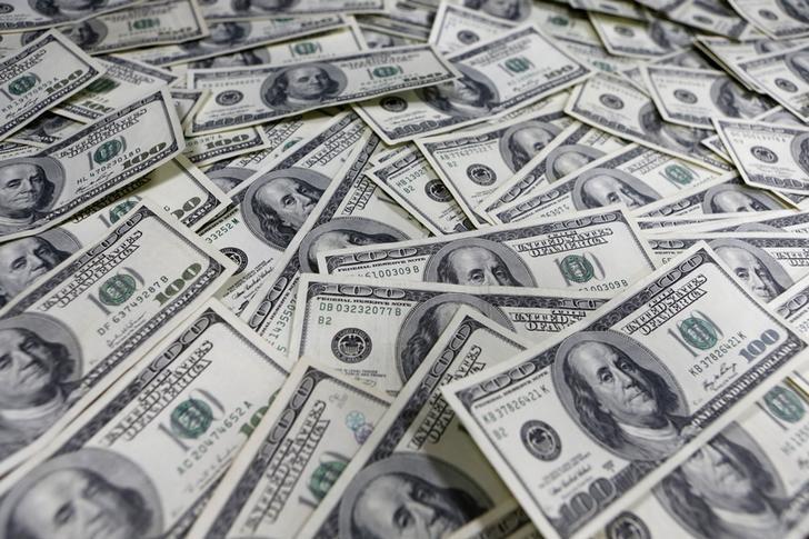 资料图片:2013年1月,散开的美元纸币。REUTERS/Lee Jae-Won