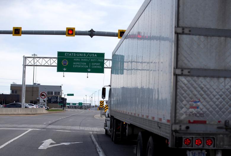 2017年4月26日,加拿大魁北克Lacolle,卡车驶向美国方向。REUTERS/Christinne Muschi