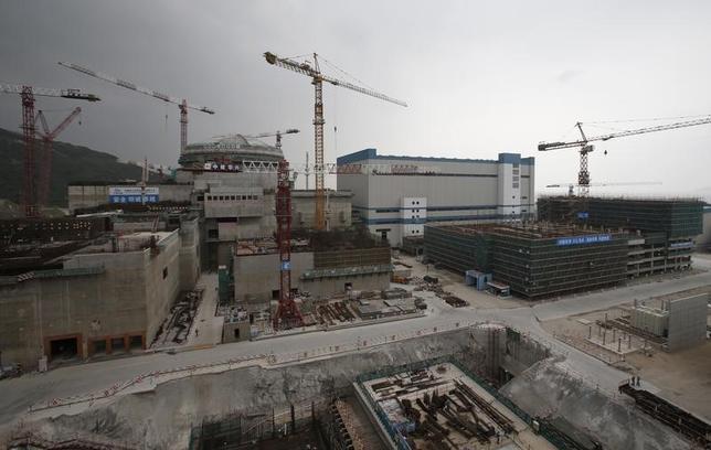 4月27日、中国原子力産業協会(CNEA)は、同国における建設中の原子炉が3月末時点で20基あると発表した。合計発電量は23.11ギガワットに達するという。写真は2013年10月に撮影した広東省で建設中の原子炉と関連施設。(2017年 ロイター/Bobby Yip)