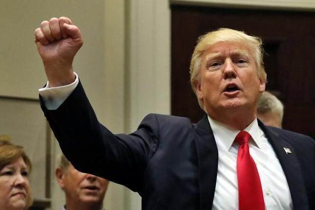 4月26日、トランプ米大統領(写真)が示した税制改革案は、議会を通過できない公算が大きい。ワシントンで撮影(2017年 ロイター/Carlos Barria)