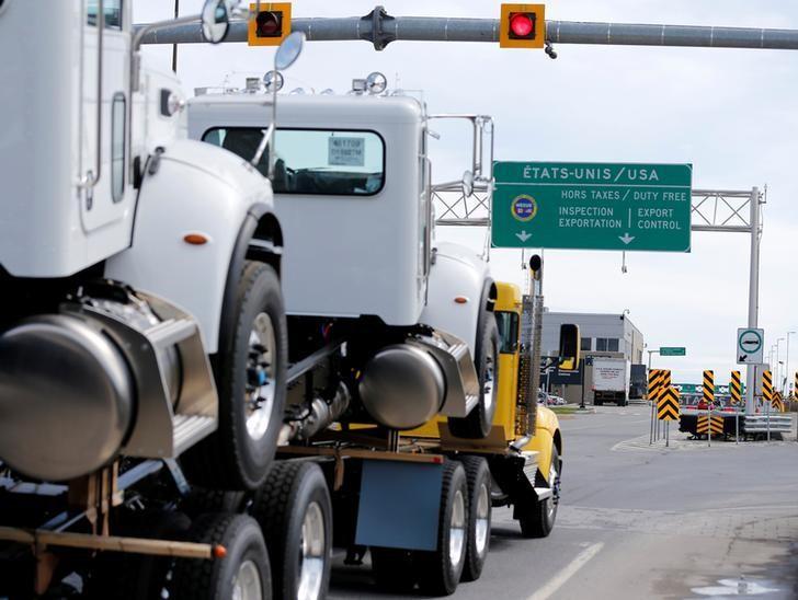2017年4月26日,加拿大魁北克Lacolle,卡车驶向美国方向。 REUTERS/Christinne Muschi