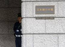 La Banque du Japon a annoncé jeudi le statu quo en matière de politique monétaire tout en se montrant plus optimiste au sujet des perspectives économiques du pays, laissant entendre qu'elle avait bon espoir de voir une accélération de la demande internationale soutenir la reprise de la troisième économie mondiale. /Photo d'archives/REUTERS/Issei Kato