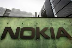 Nokia a annoncé jeudi un bénéfice trimestriel meilleur que prévu grâce à des mesures d'économie et a confirmé sa prévision d'une baisse du chiffre d'affaires du pôle réseaux. /Photo d'archives/REUTERS/Bob Strong