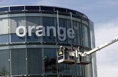 Orange a fait état jeudi d'une hausse de son chiffre d'affaires et de son résultat d'exploitation au premier trimestre. Le numéro un français des télécoms a confirmé prévoir pour l'ensemble de 2017 un Ebitda ajusté en progression par rapport à l'année précédente à données comparables. /Photo d'archives/REUTERS/Denis Balibouse