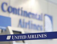 United Airlines a annoncé jeudi qu'elle offrirait désormais jusqu'à 10.000 dollars aux passagers abandonnant volontairement leur siège en cas de surréservation, dans le cadre de ses efforts pour améliorer son image après plusieurs incidents. /Photo d'archives/REUTERS/John Gress