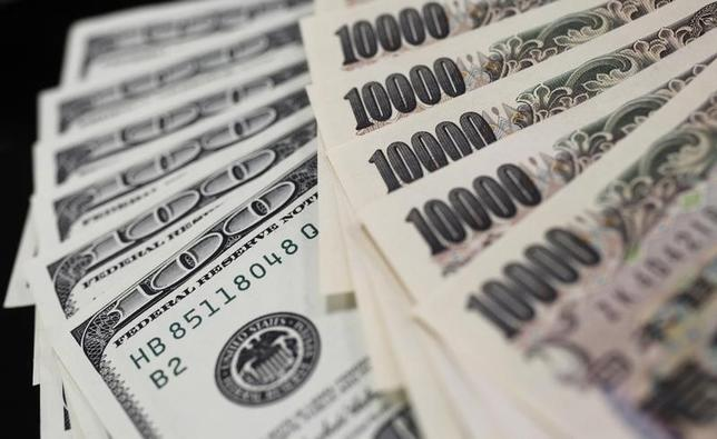 4月27日、午後3時のドル/円は、ニューヨーク市場午後5時時点に比べ、若干ドル高/円安の111円前半。写真は都内で2011年8月撮影(2017年 ロイター/Yuriko Nakao)