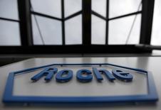 Roche Holding a annoncé jeudi un chiffre d'affaires au premier trimestre en hausse de 4%, supérieur aux attentes, soutenu à la fois par ses nouveaux traitements du cancer mais aussi par des médicaments plus anciens. Les ventes du leader mondial de l'oncologie ont atteint 12,94 milliards de francs suisses (11,95 milliards d'euros). /Photo d'archives/REUTERS/Pascal Lauener