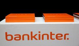 Bankinter dijo el jueves que su beneficio neto creció un 18,7 por ciento en el primer trimestre del año gracias a la fortaleza de sus márgenes. En la imagen, el logo de Bankinter en una reunión de accionistas en Madrid el 17 de marzo de 2016. REUTERS/Andrea Comas