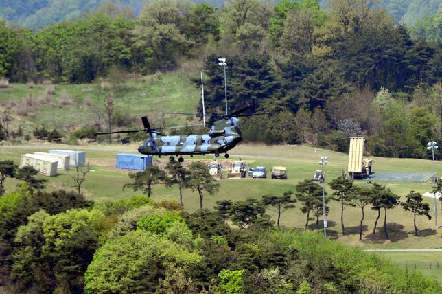 4月27日、中国は米国による韓国への新型迎撃ミサイルTHAAD(サード)配備を巡り、安全保障の観点から今後も実弾演習と新たな武器の試用を継続すると明言した。写真は26日、韓国の星州で確認されたサードのインターセプター。提供写真(2017年 ロイター/News1)