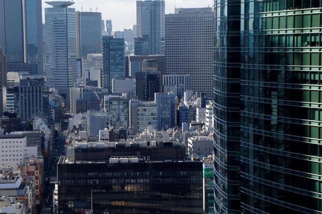 4月27日、日本の長期金利は低下傾向を示しているが、東証REIT指数や大手不動産株が伸び悩んでいる。都内で2月撮影(2017年 ロイター/Toru Hanai)