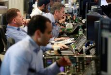 Trader al lavoro.  REUTERS/Russell Boyce