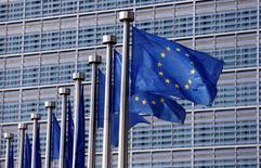 La confianza económica de la zona euro subió a cerca de un máximo de 10 años en abril frente a las expectativas de que casi no habría cambios, al mejorar en todos los sectores y caer las expectativas de inflación, mostraron el jueves datos de la UE. En esta imagen de archivo, banderas europeas ondena frente a la sede de la Comisión Europea en Bruselas, el 20 de abril de 2016. REUTERS/Francois Lenoir
