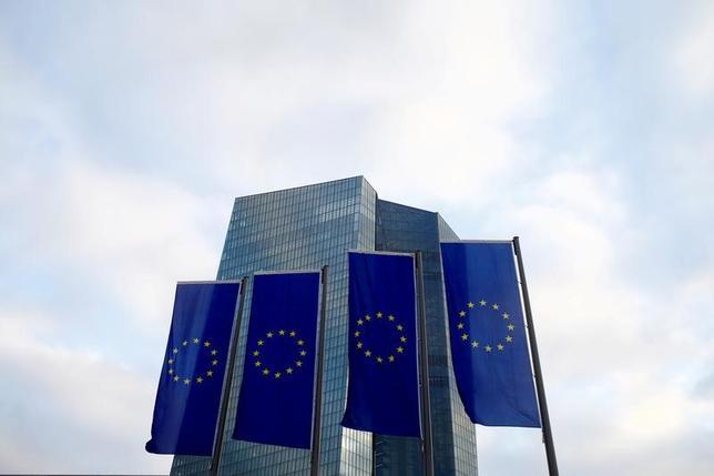 4月27日、欧州中央銀行(ECB、写真)は理事会で、主要政策金利と政策スタンスを予想通り据え置いた。2015年12月撮影(2017年 ロイター/Ralph Orlowski)