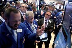 Wall Street a ouvert jeudi en hausse modérée sous une nouvelle pluie de résultats de sociétés, après des indicateurs économiques satisfaisants et alors que les investisseurs s'interrogent sur la faisabilité de la réforme fiscale promise par Donald Trump. L'indice Dow Jones gagne 0,05%. /Photo prise le 18 avril 2017/REUTERS/Brendan McDermid