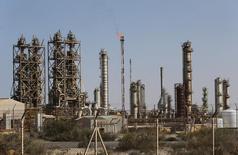 Промышленная зона в нефтяном порту Марса-эль-Брега, Ливия. Ливия восстановила добычу нефти на месторождении Шарара после снятия блокады трубопроводов, сообщил в четверг Рейтер источник в нефтяной отрасли Ливии. REUTERS/Esam Omran Al-Fetori